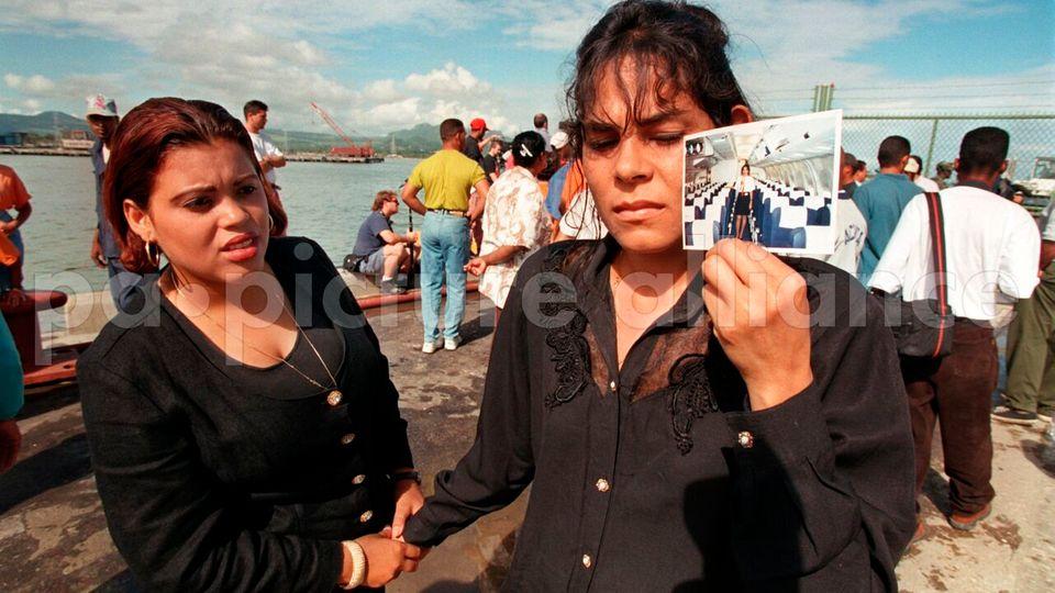Eine Angehörige in Puerto Plata zeigt ein Foto ihrer Schwester, die als Flugbegleiterin bei dem Flugzeugabsturz ums Leben kam.