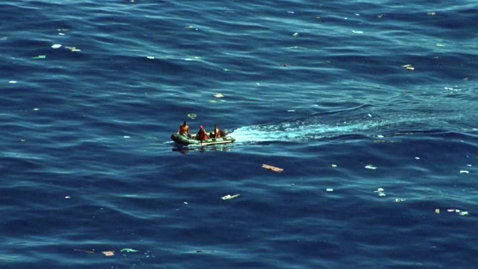 Angehörige derUS Coast Guard suchen in den Gewässern vor der Karibikinsel am 7. Februar 1996nach den Opfern