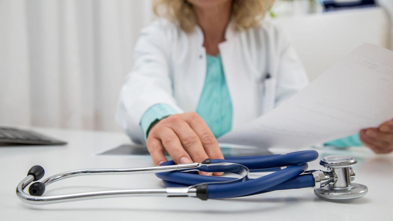 Ärztin greift zum Stethoskop