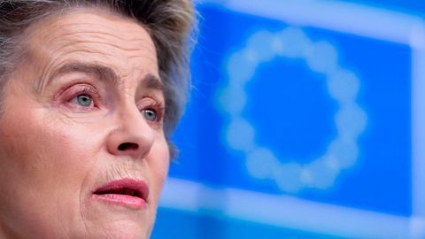 Ursula von der Leyen mit einem EU-Logo