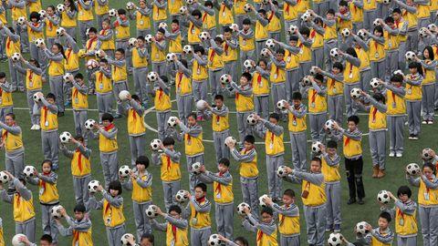 Chinesische Schüler führen eine Fußballübung in der Duqiao-Grundschule in der Stadt Linhai durch