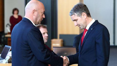 Vor einem Jahr in Erfurt: Björn Höcke (l.) von der AfD gratuliert dem neuen Ministerpräsidenten von Thüringen – ThomasKemmerich