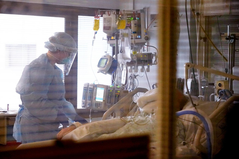 Krankenschwester und Patient auf Intensivstation