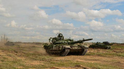 in Übungen wie Zapad 2017 setzt der Kreml große Mengen an echten Truppenein.