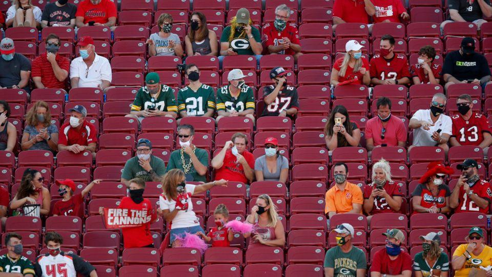 Maske und Abstand - die Accessoires beim diesjährigen Super Bowl im Raymond James Stadionin Tampa, Florida