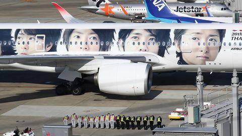 Das Bodenpersonal vom Flughafen Fukuoka in Japan erweist dem Arzt Testu Nakamura die letzte Ehre und verneigt sich. An Bord des Flugzeuges von Japan Air Lines sind die sterblichen Überreste des 73-jährigen Japaners, der sich seit den 1980er Jahren für die medizinische Versorgung der afghanischen Bevölkerung einsetzte und in Pakistan erschossen wurde. Die Überführung des Leichnams fand an Bord eines Airbus A350 statt, den vier Gesichter der japanischen Boygroup Arashi schmücken.
