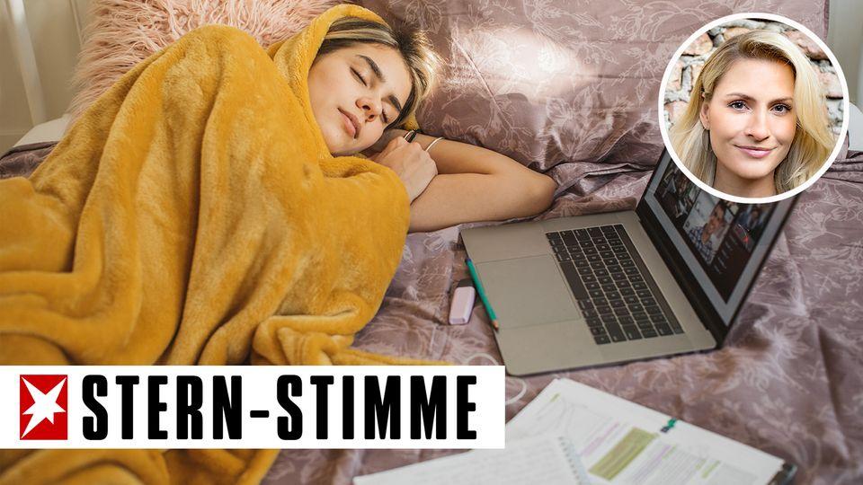 Mädchen mit Laptop im Bett