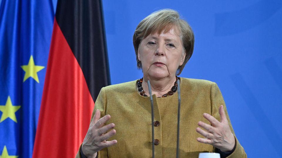 Angela Merkel am Rednerpult mit ernstem Gesicht