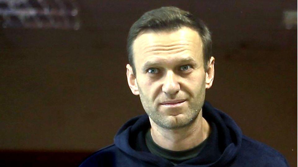Alexej Nawalny hinter einer Glasscheibe im Gerichtssaal