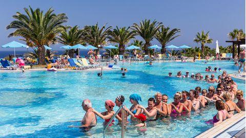 Ein Bild aus Zeiten unbeschwerten Reisens: Pauschalurlauber in einer Hotelanlage auf der Insel Kreta in Griechenland.