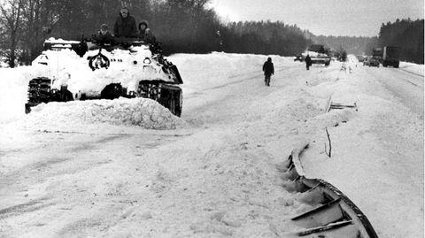 Panzer bei tiefen Schnee auf einer Autobahn, das Foto ist schwarzweiß