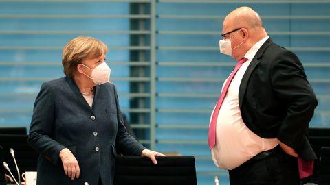 Berlin: Bundeskanzlerin Angela Merkel (CDU, l.) spricht mit Peter Altmaier (CDU), Bundeswirtschaftsminister
