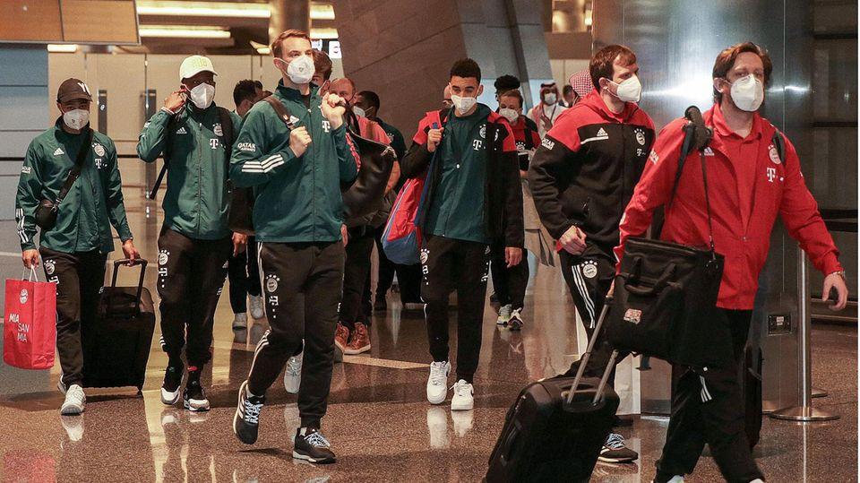 Die Bayern nach der Landung in Katar