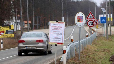 Ein Auto überquert die Grenze von Österreich nach Tschechien und passiert ein Schild mit der Aufschrift Information