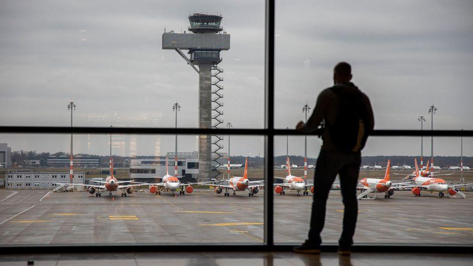 Ein Passagier wartet in einem Terminal auf dem Hauptstadt-Flughafen BER.