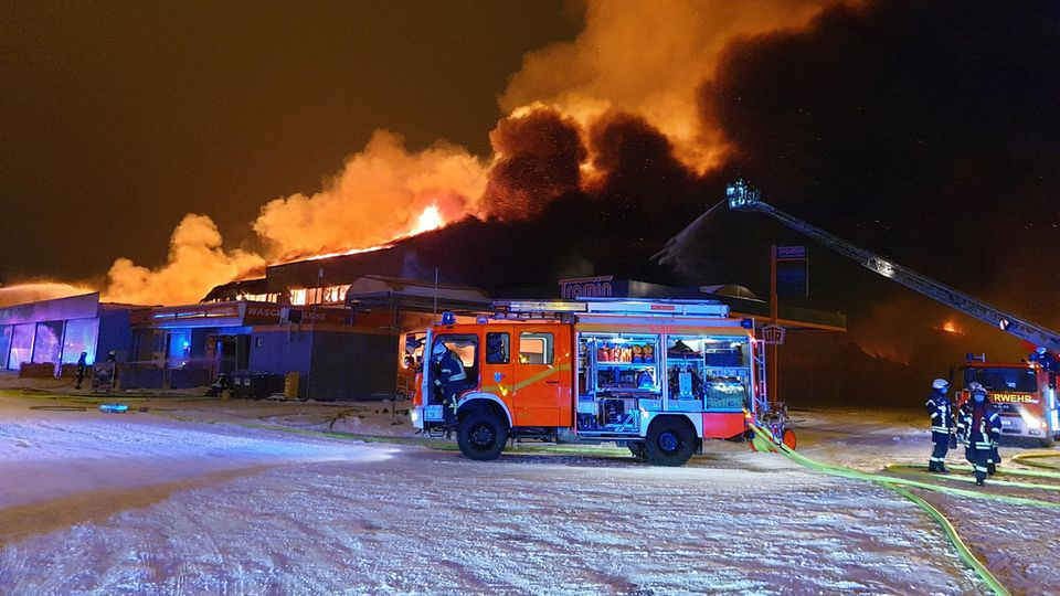 Wetter: Supermarkt in Flammen