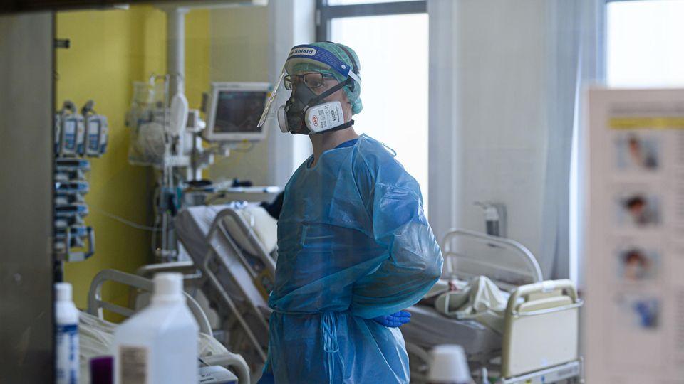 Coronavirus Deutschland: Ein Intensivpfleger auf einer Covid-19-Intensivstation