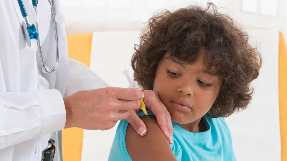Junge wird geimpft