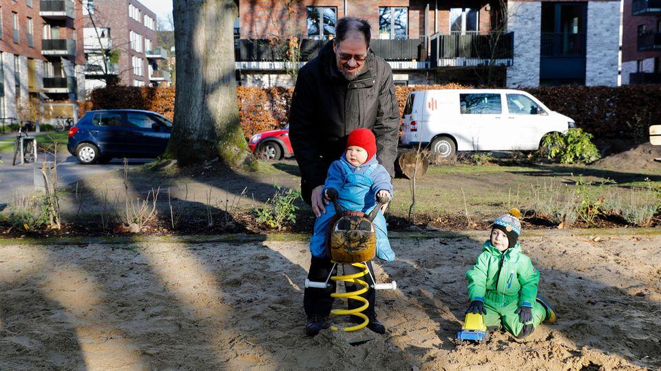 Am liebsten geht Opa Werner mit den Brüdern nach draußen: zum Spielplatz, S-Bahn fahren oder sie machen einen Ausflug in die Bücherhalle, um neuen Lesestoff zu holen
