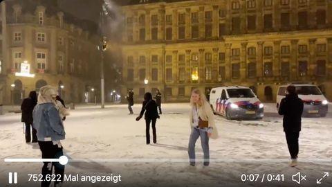 Niederlande: Trotz Verbot: Amsterdamer liefern sich Schneeballschlacht mit Polizei