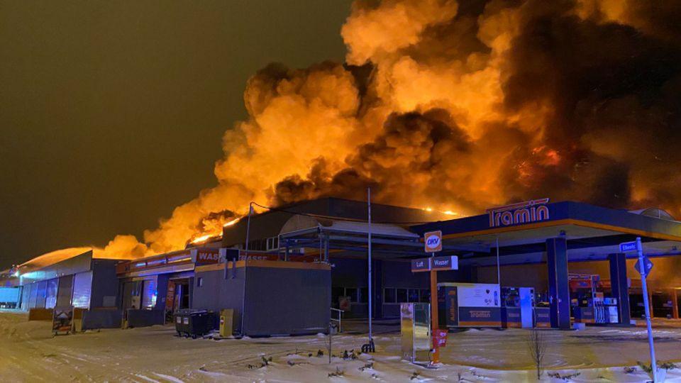 Flammen schlagen aus einem leerstehenden Supermarkt in Mülheim an der Ruhr