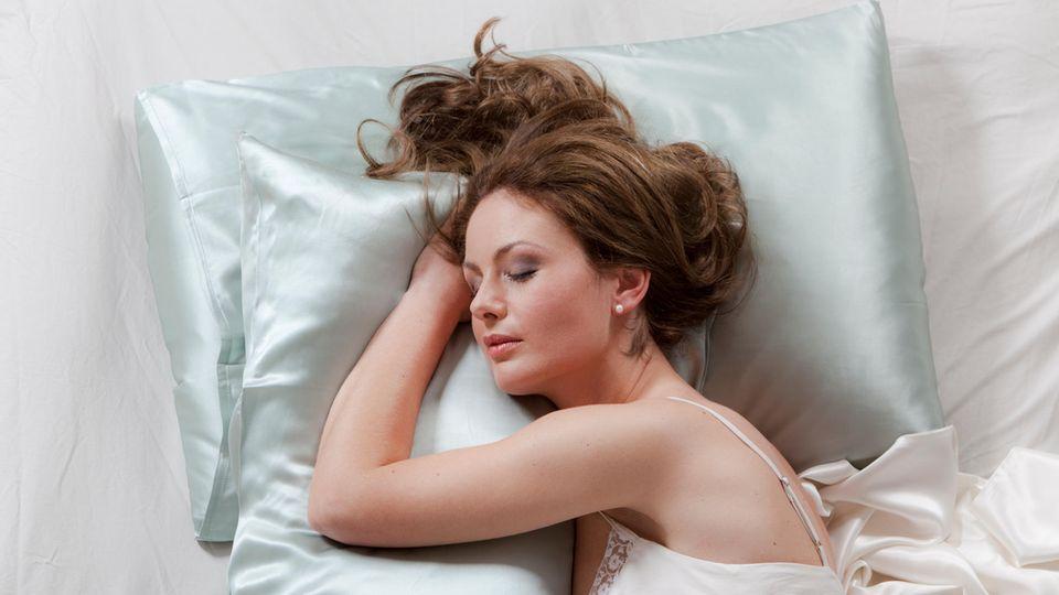 Seidenkissen sollen den Schlaf positiv beeinflussen