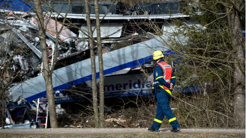Rettungssanitäter betrachtet Zugunfall in Bad Aibling