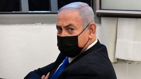 Benjamin Netanjahu, Premierminister von Israel, wartet mit schwarzem Mund-Nasen-Schutz im Bezirksgericht auf die Anhörung im Korruptionsprozess