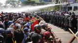 Naypyidaw, Myanmar. Die Polizei feuert mit Wasserwerfern auf Demonstranten, die in der Hauptstadt gegen den Militärputsch vom 1. Februar in der Hauptstadt demonstrieren. Die landesweiten Proteste gehen trotz Drohungen des Militärs weiter. Die Demonstranten fordern die Wiedereinsetzung der zivilen Regierung unter Aung San Suu Kyi.