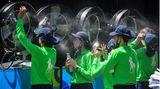 Melbourne, Australien. Vor einer Batterie von XXL-Ventilatoren kühlen sich diese Ballkinder am zweiten Tag der Australian Open ab. Während Teile Deutschlands im Schnee versinken oder bei eisigen Temperaturen bibbern, ist es auf den Plätzen des ersten Grand-Slam-Turniers der Tennis-Saisonwie immer viel zu heiß.