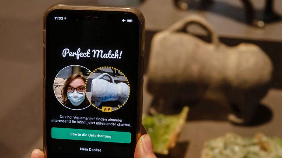 """App zeigt ein """"Match"""" zwischen Museumsbesucherin und Ausstelllungsstück an."""