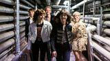 Die Kleidung derClique ist extrem stylisch, mitunter wirkt die Serie wie eine Modenschau. Die Serie punktet mit einer opulenten Optik. Der Achteiler ist ab dem 19. Februar auf Amazon Prime abrufbar.