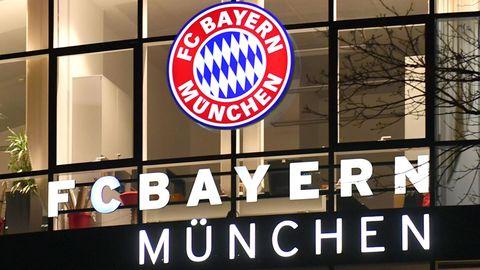 Das leuchtende Vereinswappen der Bayern an der Geschäftsstelle in der Säbener Straße
