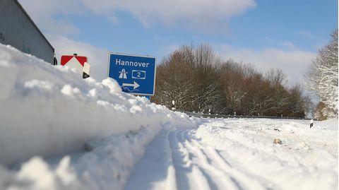 Die Autobahn bei Bielefeld ist von Schneemassen bedeckt