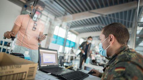 In Berlin: Bundeswehrsoldaten testen ankommende Reisende auf Covid-19