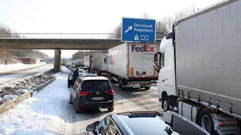 Der Verkehr staut sich auf der B66, einer Zufahrt zur Autobahn A2, Richtung Bielefeld Ost