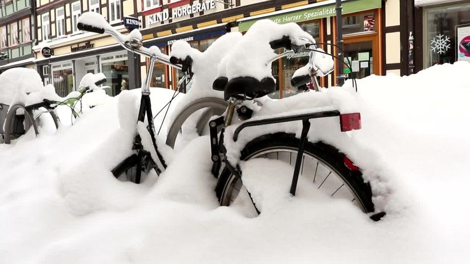 Fahrrad steckt im Schnee fest