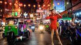 Bangkok, Thailand. Eine Frau posiert in einer Straße in Chinatown, die anlässlich des Neujahrsfestes dekoriert ist. Die Feierlichkeiten dort können jedoch in diesem Jahr aufgrund der Corona-Pandemie nicht wie gewohnt stattfinden. Die Verwaltung ist besorgt, dass das Fest zu einer Massenansammlung in Chinatown führen könnte und somit die gesundheitliche Sicherheit aller Teilnehmer gefährdet ist.