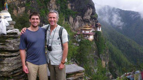 Cody und Roman Dial vor Taktsang-Kloster in Bhutan