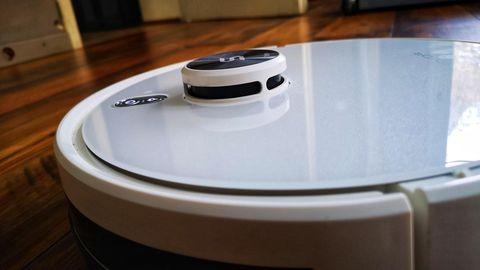 Unter der Kuppel sitzt das Lidar-Radar - das sollte man dann und wann mit einem Pinsel reinigen.