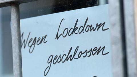Handschriftliches Schild mit Aufschrift Wegen Lockdown geschlossen