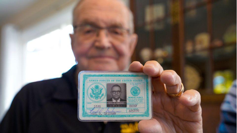 Paul Grisham hält seinen Navy-Ausweis von 1968 in seinem Haus in San Diego am 3. Februar 2021