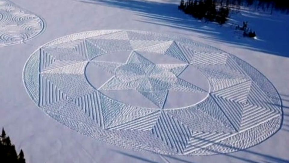 Kanadier läuft geometrische Formen im Schnee –das Ergebnis ist wunderschön