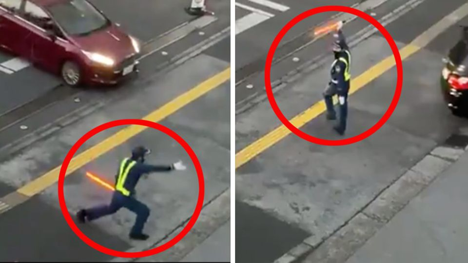 Ein zweigeteiltes Bild zeigt einen japanischen Verkehrspolizisten, der mit einem Leuchtstab auf der Straße zwei Tanzposen zeigt