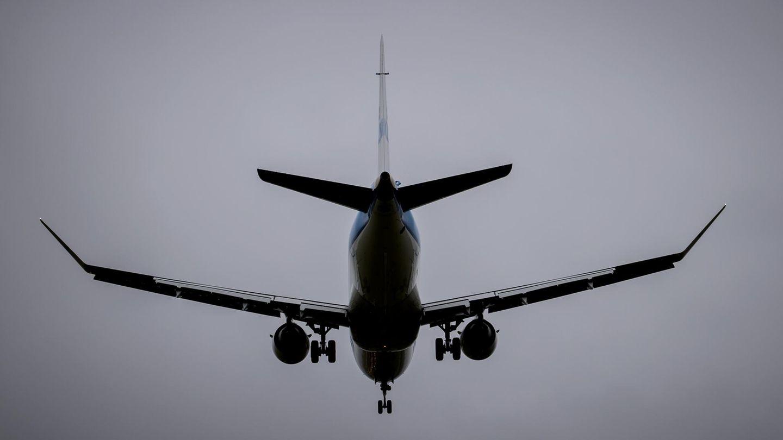 Eine Maschine im Landeanflug auf den Flughafen Schiphol in Amsterdam