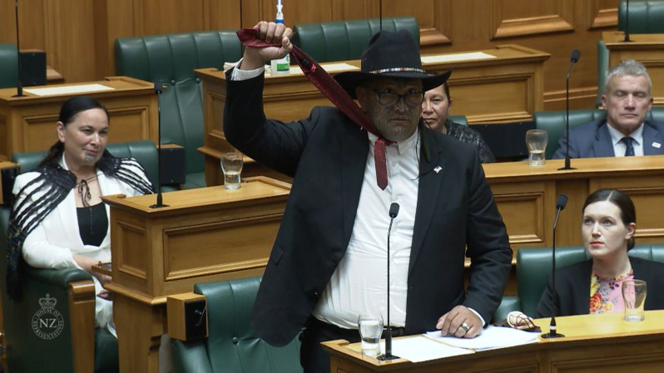 Rawiri Waititi simuliert eine Schlinge während seiner Antrittsrede im Dezember 2020 in Wellington