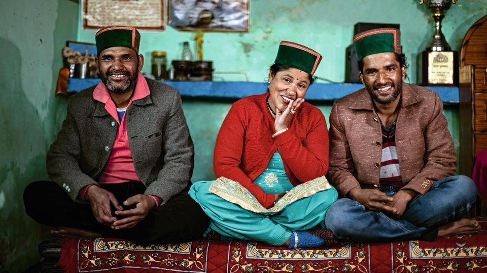 Rattna, 38, mit ihren beiden Männern Jittendra, 40, (l.) und Sadnam, 38, (r.)