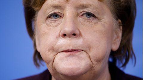 Angela Merkel reagiert während einer Pressekonferenz