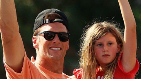 Links steht Tom Brady mit seiner Tochter auf dem Arm auf einem Boot und winkt, rechts fliegt der Super Bowl Pokal durch die Luft