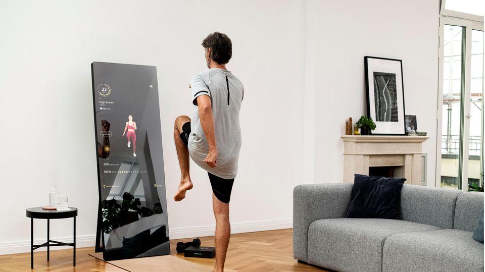 Virtueller Trainer: Ausgeschaltet ein Spiegel, eingeschaltet ein Hightech-Fitnessgerät: Der Bildschirm von Vaha zeigt Übungen, die ein digitaler oder live zugeschalteter Coach vormacht und kontrolliert. 2268 Euro, die Mitgliedschaft kostet 39 Euro/Monat